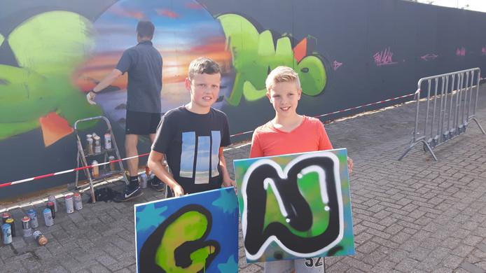 Gijs (links) en Niels tekenden hun voorletter voor op hun slaapkamer.