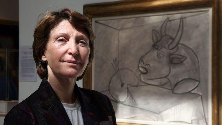 Marina Picasso bij het werk van haar 'Palette et Tete de Taureau'. Beeld afp