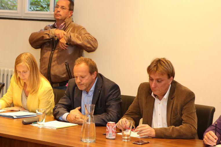 De vorige niet-benoemde burgemeester Damien Thiéry en Yves Ghequière (r.) van Linkebeek tijdens een gemeenteraad de voorbije legislatuur.