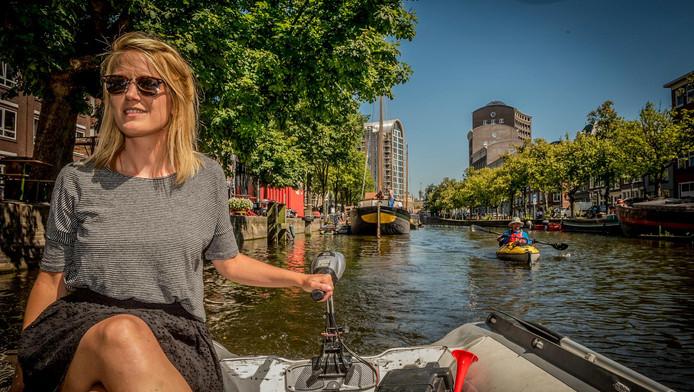 Verslaggever Malou Seijdel vaart langs horecazaken aan het water.
