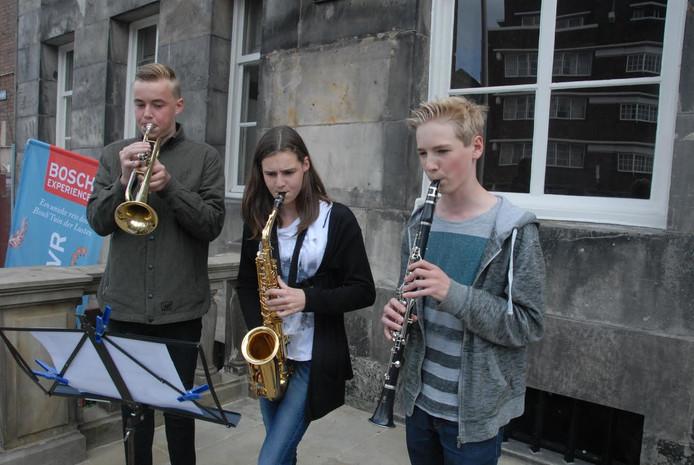 Een trio was verantwoordelijk voor de muzikale aankondiging.