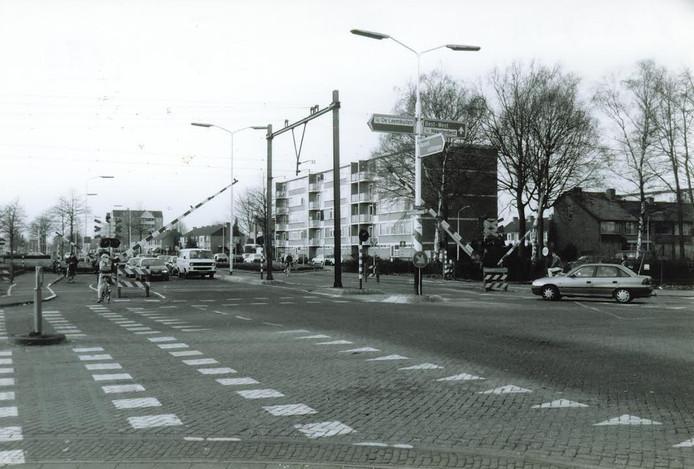 De spoorwegovergang bij de Willem de Zwijgerweg die zorgde voor lange wachttijden en waar nu het ondergronds spoor is.