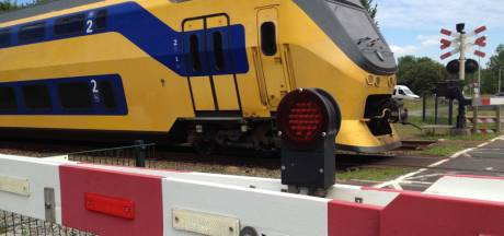 'Boomduiker' op overgang Olst bijna geraakt door voorbijrazende intercity, ProRail doet aangifte: 'Dit is onverantwoord'