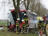 Gecrashte schoolbus: Kinderen erg bezorgd, chauffeur buiten levensgevaar
