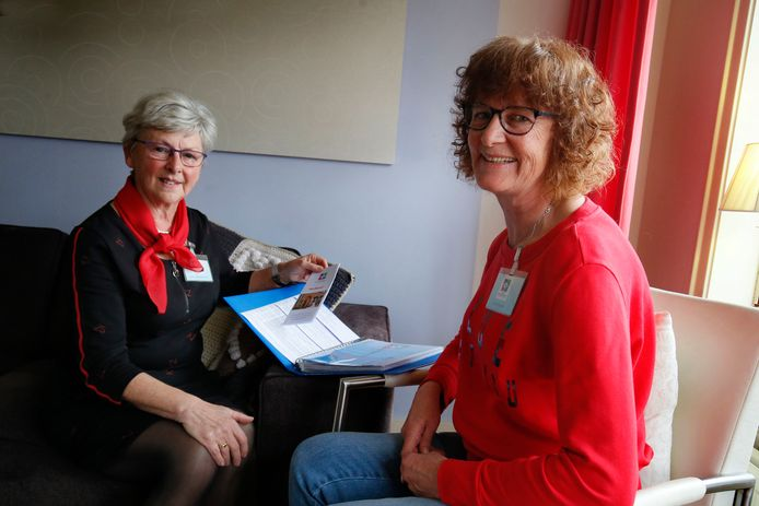 Coördinator Jenny Branderhorst (links) en vrijwilliger Marja Sturm.