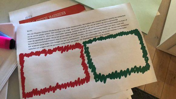 Deze rode en groene kaders hangen op in Oudenburg om aan te tonen wie hulp nodig heeft of kan bijspringen