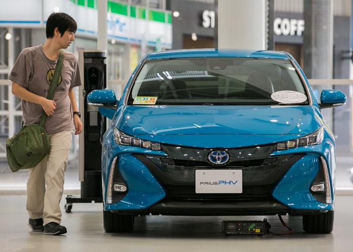 De populaire Toyota Prius hybride in een showroom in Tokio.
