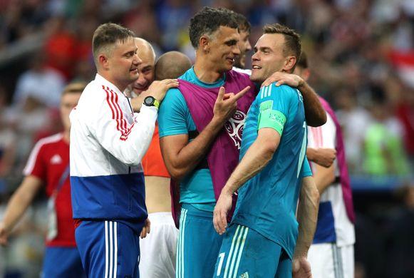 Gabulov, de doelman van Club Brugge, feliciteert zijn collega Akinfeev.