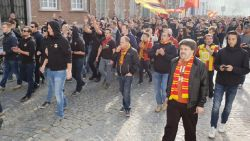 VIDEO. Duizendtal KV Mechelen-fans wandelen in stoet naar stadion
