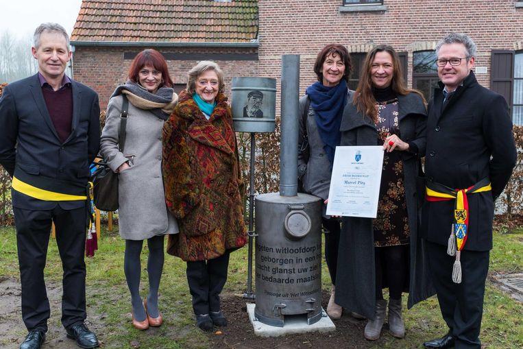 Pira's weduwe Lea en zijn drie dochters namen de oorkonde van het ereburgerschap bij het monument voor de dichter in ontvangst.