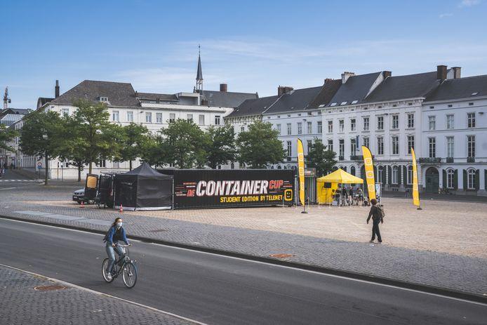 De beroemde container van 'De Container Cup' voor studenten werd op het Sint-Pietersplein neergepoot.