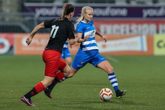 Kely Pruim passt namens PEC Zwolle voordat Nadine de Breij kan ingrijpen.