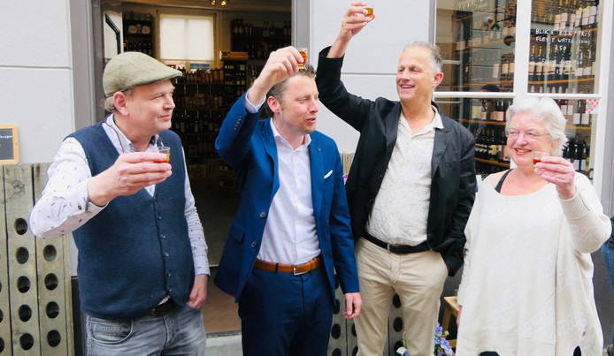 Henri van Helvoirt, Thom Blankers, Renë Kwant en Annelies van Helvoirt heffen het glas.