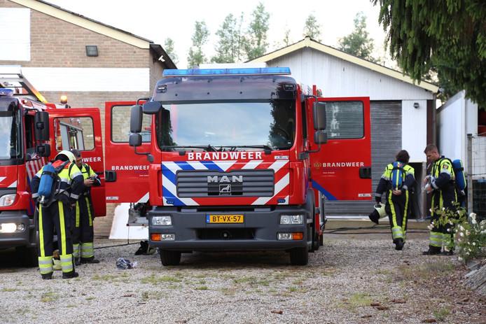 De brandweer op het erf aan de Lage Baan.