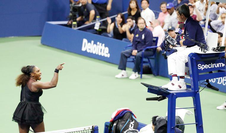 Serena Williams discussieert met umpire Carlos Ramos tijdens de finale van de US Open.  Beeld EPA