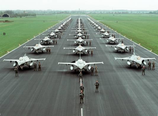 Een deel van de Nederlandse F16-vloot eind jaren tachtig op de startbaan van Vliegbasis Volkel.