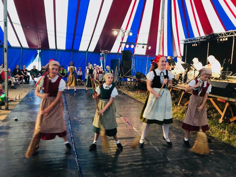 Een leeg festivalterrein van De Pikkeling, alleen in de tent zat er volk.