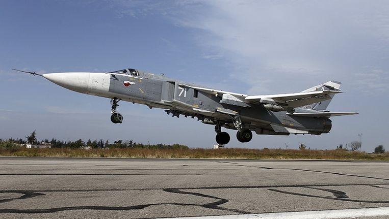 Een Russische Su-24 stijgt op vanaf een Syrische luchtmachtbasis bij Latakia. Beeld Reuters