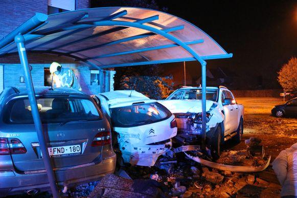 De ravage na het ongeval was enorm. De chauffeur was onder invloed, maar niemand raakte gewond.