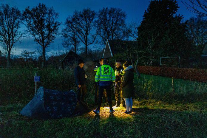 Zoekgroep Wileke Dost slaat tentje op langs het perceel waar volgens hen de stoffelijke resten van Willeke begraven moeten liggen. Maar van de politie mogen ze er niet kamperen.
