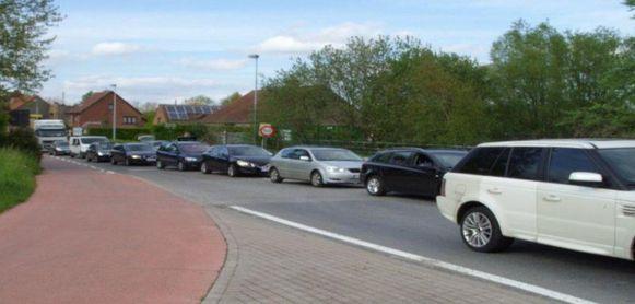"""""""Slechts één auto heeft de rijstrook bereikt om rechtdoor te rijden of rechtsaf te slaan. Alle andere auto's staan geblokkeerd."""""""