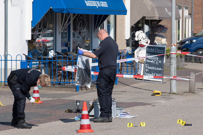 Gewapende overval op een juwelier in Kesteren, de politie doet sporenonderzoek.