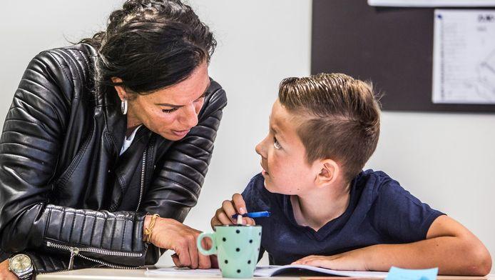 Moeder Annie de Wit (38) zit samen met zoontje Selved (9) in de schoolbanken.