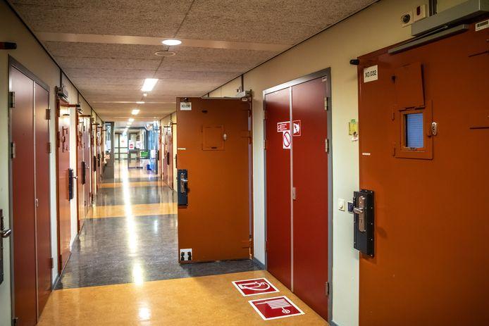 De gevangenis in Zwolle, waar de Almelose op dit moment vastzit.