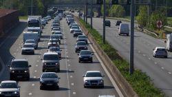 Werknemer Agentschap Wegen en Verkeer gooit stenen van brug E313 om meer volk op de bus te krijgen