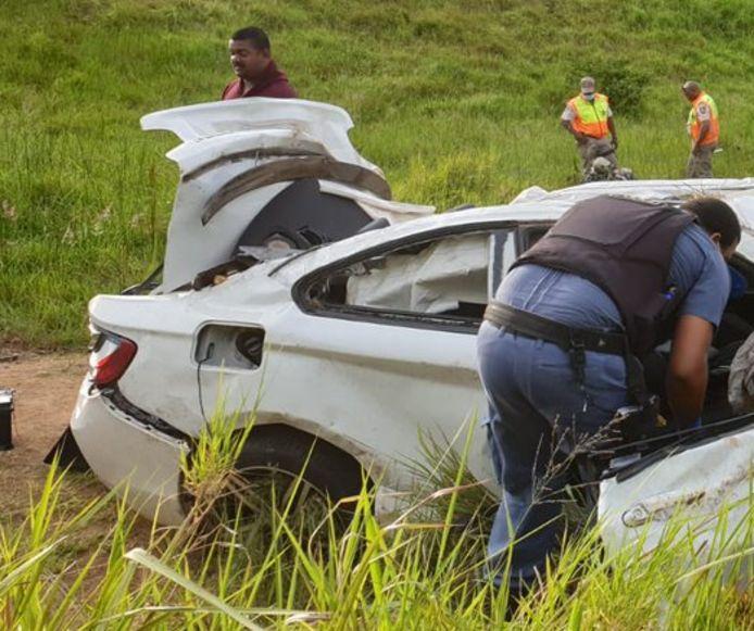 Onderzoekers bij het voertuig waarmee Anele zijn fatale crash maakte.