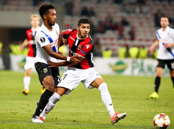 Mukhtar Ali (wit shirt) in Europese dienst voor Vitesse tegen OGC Nice. Hij vecht om de bal met Bassem Srarfi.