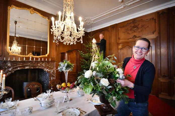 Sabine van Mierlo en Hems Gortemaker zijn druk bezig om Huis Singraven in kerstsfeer te brengen.