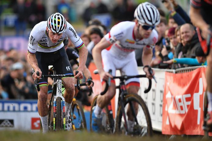 Mathieu van der Poel in het wiel van Eli Iserbyt.