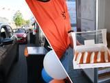 Hier staat een drive-in voor oranje tompouces