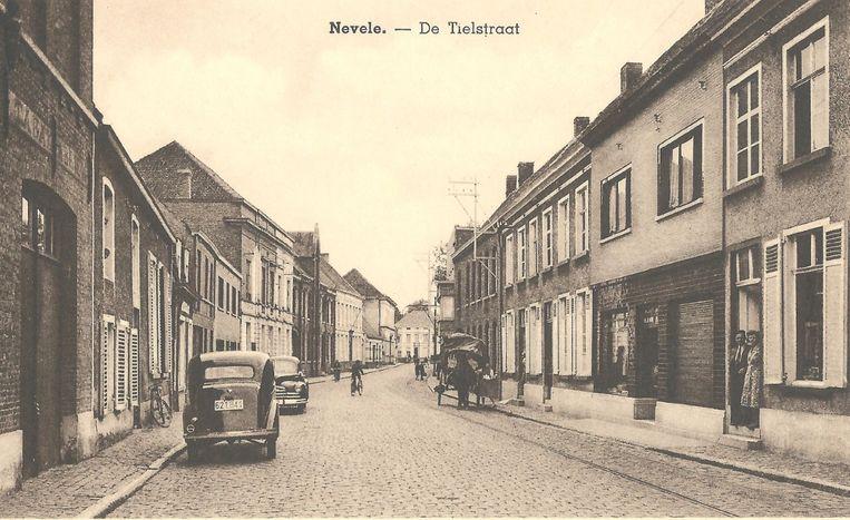 De kaftfoto toont de vroegere Tieltstraat. De Sint-Jansstraat was de hoofdstraat van Nevele. Ze liep vanaf de grens met Vosselare tot aan Kerrebroek. Later werd ze opgesplitst in vier: Lange Munt, Korte Munt, Markt en Tieltstraat. Die laatste is nu Cyriel Buyssestraat (sinds 1959).
