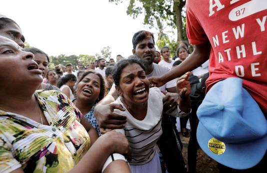 Droevenis tijdens een massabegrafenis van de slachtoffers van de aanslagen in Sri Lanka.