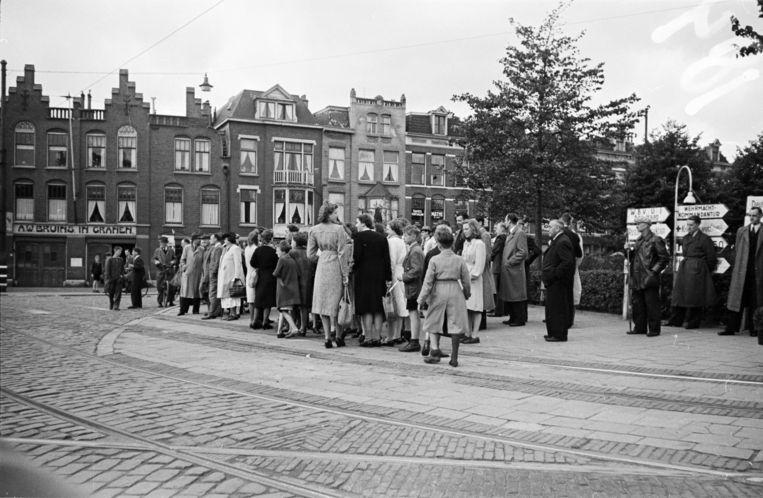 Op Dolle Dinsdag wachtten inwoners van Den Haag tevergeefs aan het Rijswijkseplein op de Canadese bevrijders (5 september, 1944). Beeld Hollandse Hoogte / Nederlands Fotomuseum