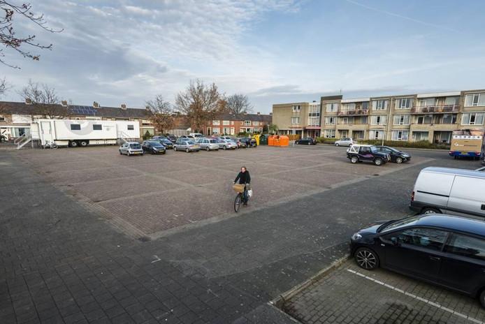 Het Lucasplein in Hoogerheide moet een fraaie plek worden, met rondom bomen en planten. Wethouder Hans de Waal hoopt dat begin 2018 een begin gemaakt kan worden met de facelift. foto tonny presser/pix4profs