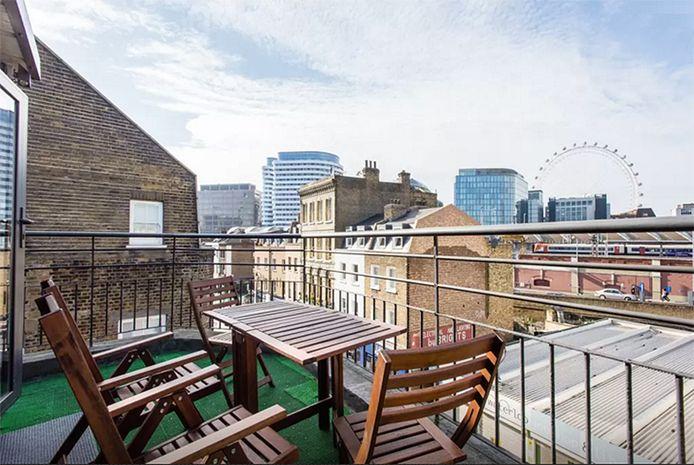 Het terras van een Airbnb in Londen.
