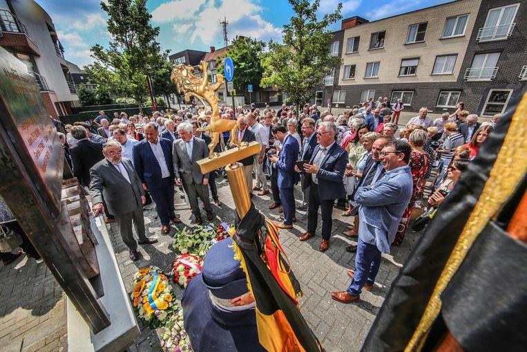 Een memoriaal wordt onthuld om de slachtoffers te herdenken.
