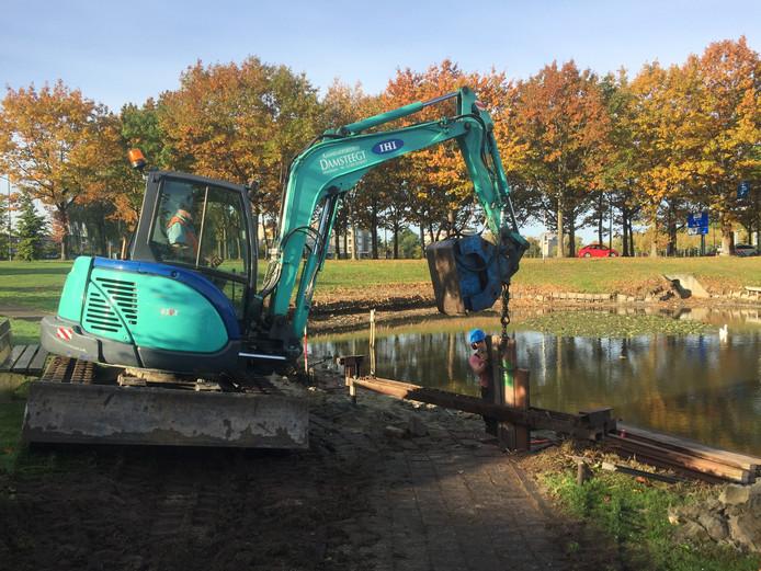 De vissteiger in Etten-Leur wordt op dit moment hersteld, maar de oevers blijven nog wel even een rommeltje.