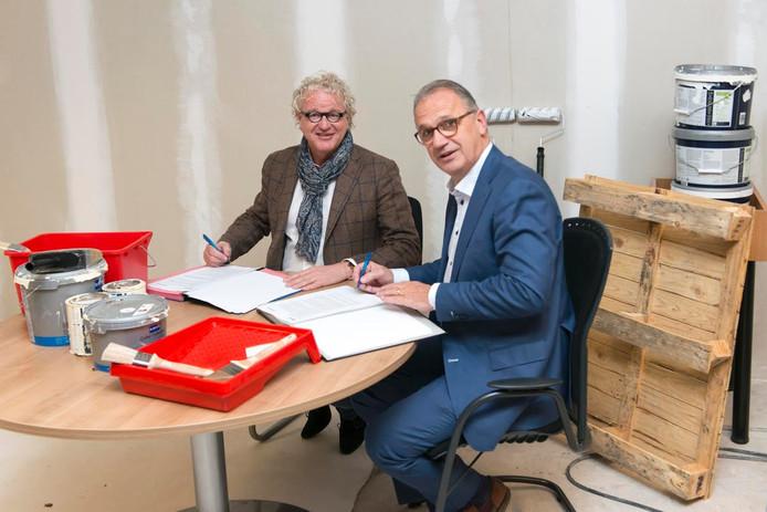 Wethouder Jan Goijaarts en directeur van Ouwehand Bouw Peter Ouwehand ondertekenen de overeenkomst.