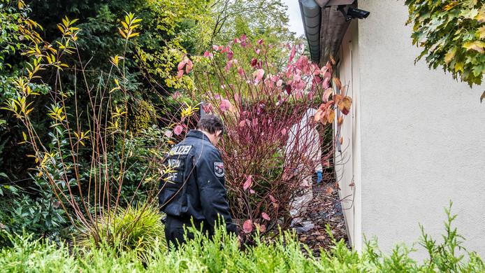 De Duitse politie doet onderzoek in de omgeving van de plaats delict