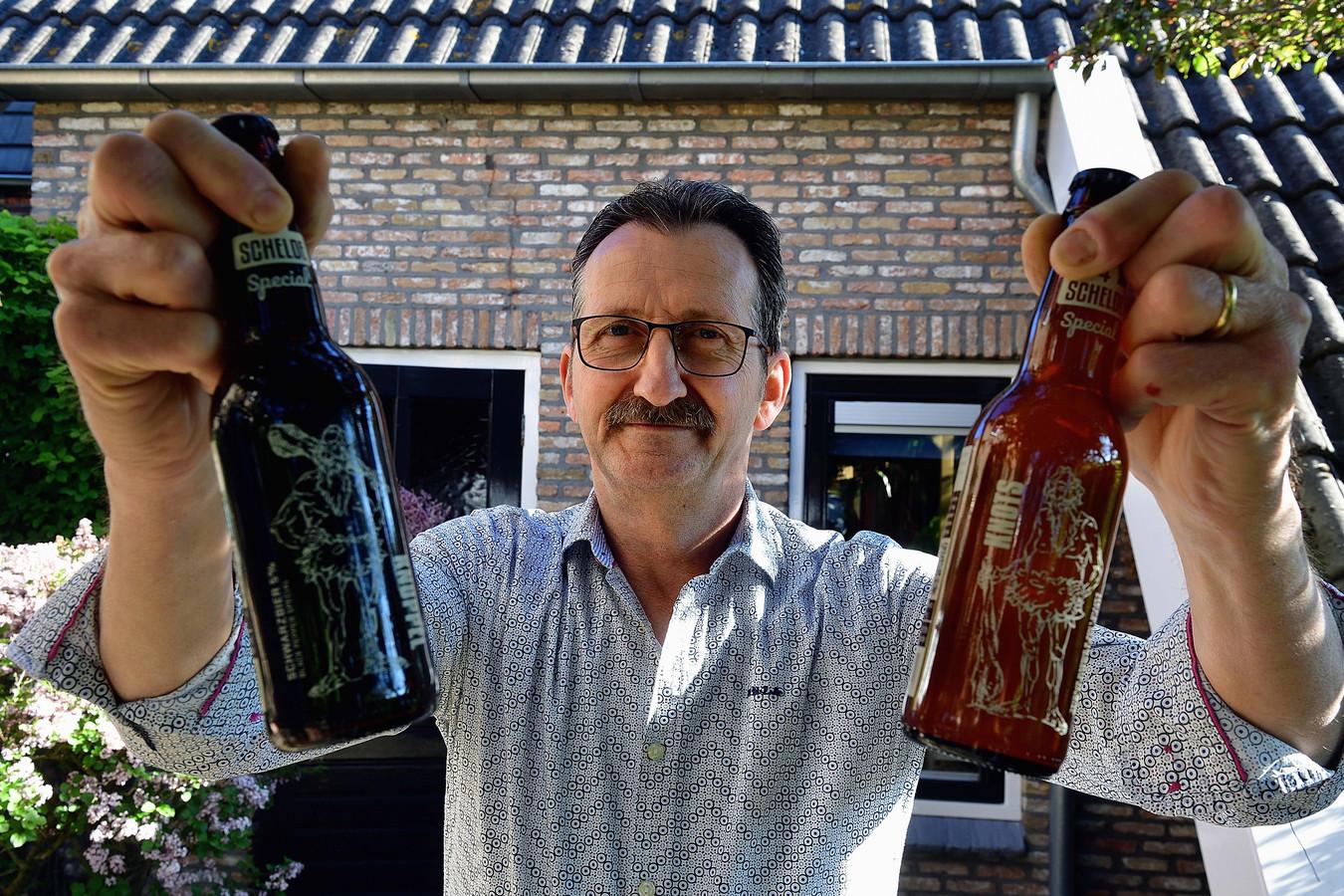 Peter van den Eijnden met de biertjes Knots en Knuppel.