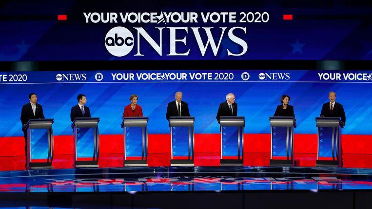 Van links naar rechts: Andrew Yang, Pete Buttigieg, Elizabeth Warren, Joe Biden, Bernie Sanders, Amy Klobuchar en Tom Steyer.