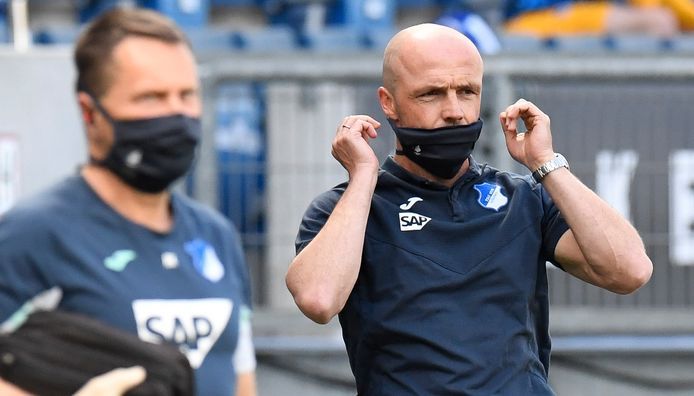 Hoffenheim-coach Alfred Schreuder met een gezichtsmasker.