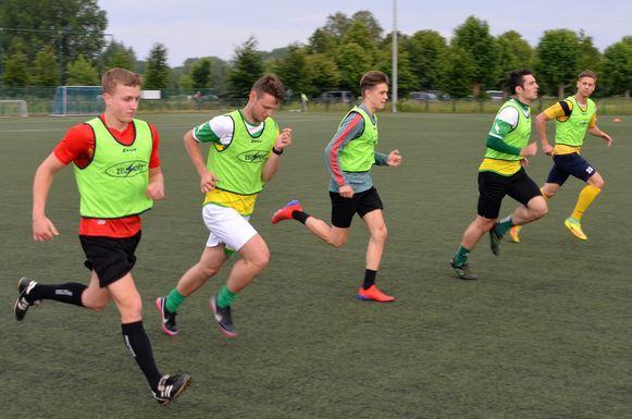 De spelers van KVV Zelzate zijn al aan het trainen voor de komst van Sporting Lokeren.