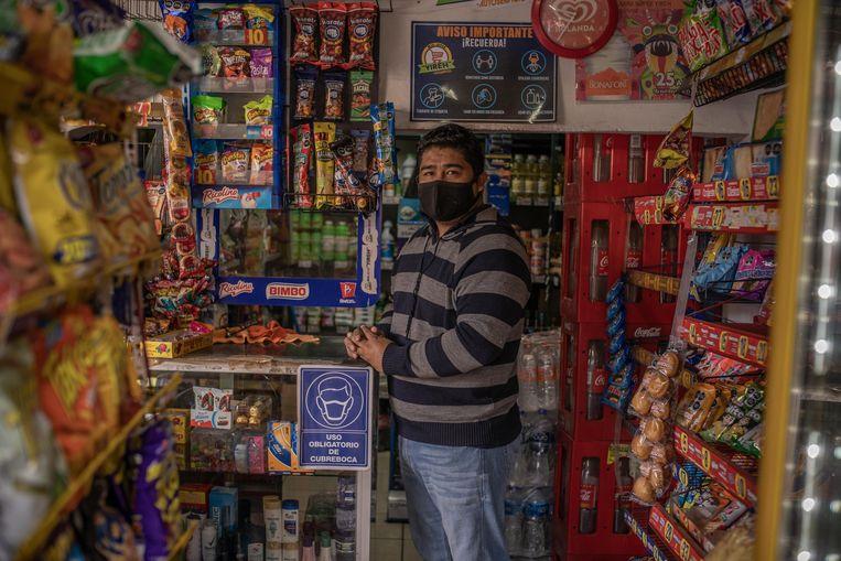 Noé Santos in zijn winkel. 'Als vader ben ik voor de wet, als ondernemer tegen. De pandemie heeft onze verkopen hard geraakt.' Beeld Alejandro Cegarra