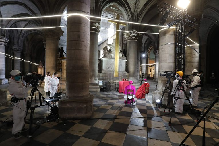 Goede Vrijdag-ceremonie met hulpbischop Denis Jean-Marie Jachiet en aartsbisschop Aupetit, in de Notre-Dame. Er zijn plannen om deels verbrande kathedraal te heropenen in 2024. Beeld AFP