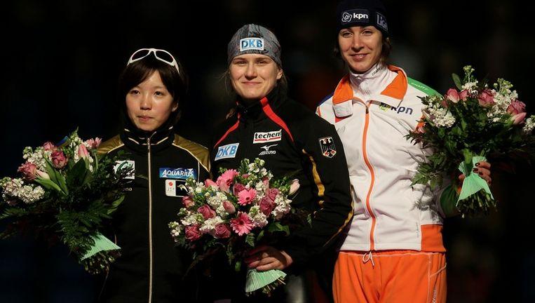 Nao Kodaira uit Japan (l), de Duitse Jenny Wolf (m) en Margot Boer op het podium. Beeld